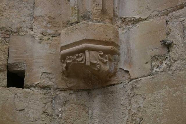 Console dans la chapelle latérale des ruines (après nettoyage en 2005)