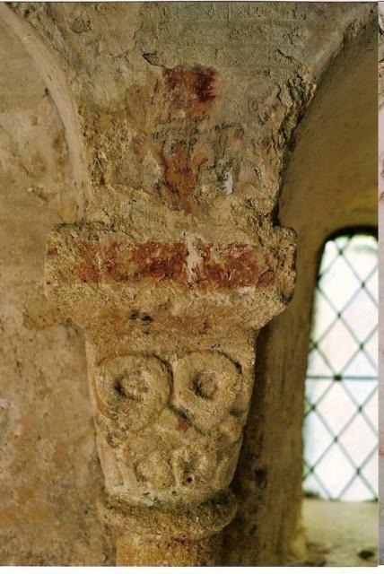 Peintures murales de la chapelle: détail chapiteau après entretien 2005 (L. Blondaux).