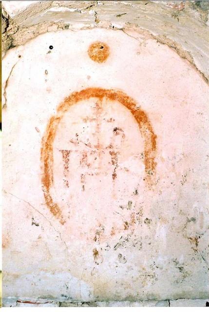 Peintures murales de la chapelle: détail d'un médaillon orné IHS après entretien en 2005 (L. Blondaux).
